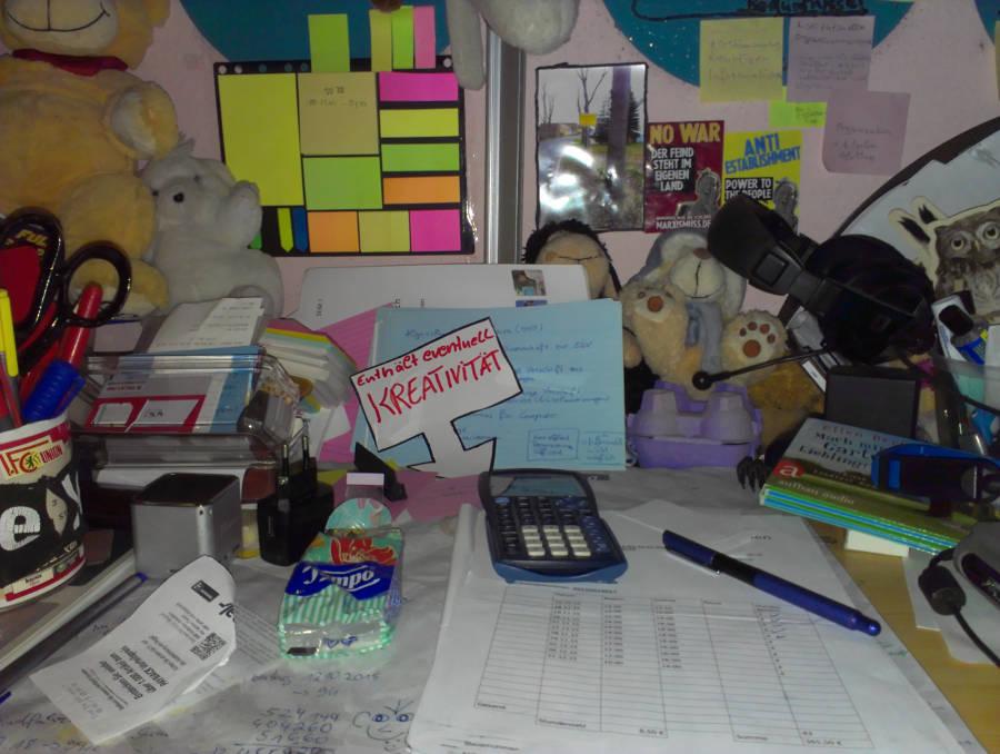 Schreibtisch mit Arbeitmaterialien